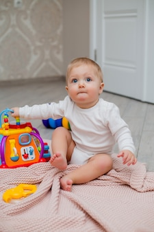 Bebê brincando com brinquedos educativos em casa