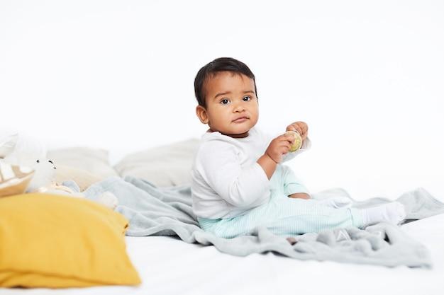 Bebê brincando na cama