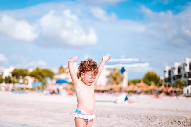 Bebê brincando na praia