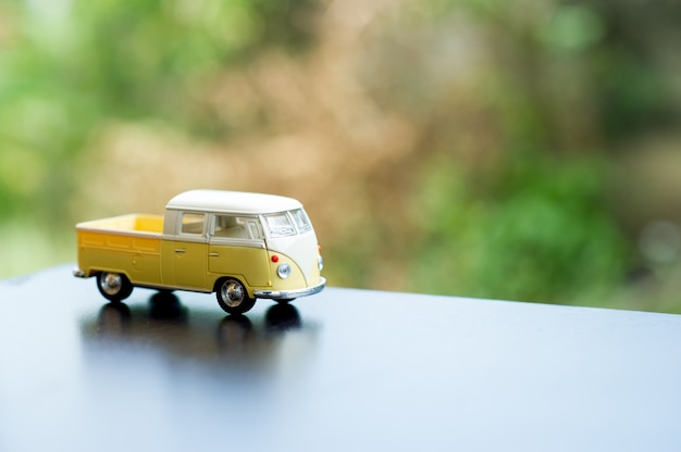 Bebê carro brinquedo carro clássico brinquedo carro conceito e há um espaço da cópia.
