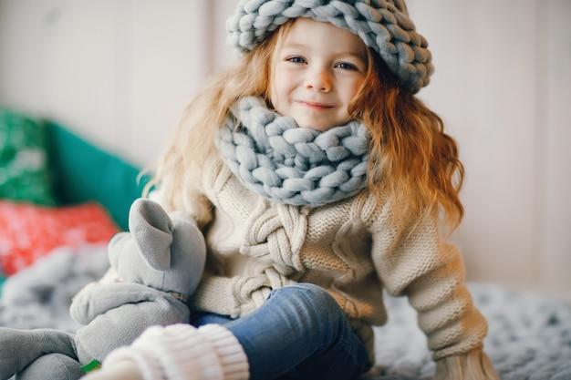 Bebê, chapéu de malha e cachecol