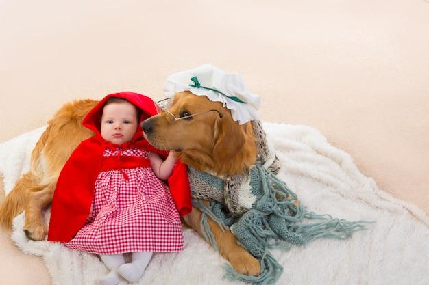 Bebê chapeuzinho vermelho com cachorro lobo como vovó