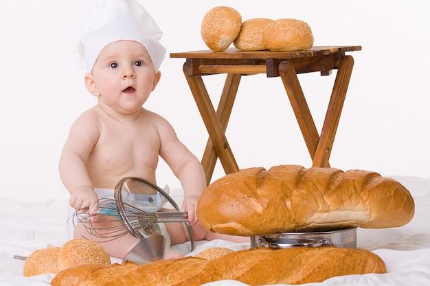 Bebé chef com pão