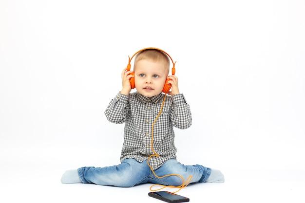 Bebê com fones de ouvido olhando para cima, isolado no fundo branco