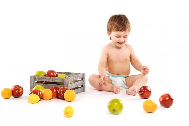 Bebê com frutas