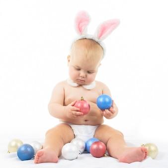 Bebê com orelhas de coelho