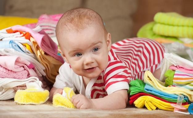 Bebé com roupas infantis
