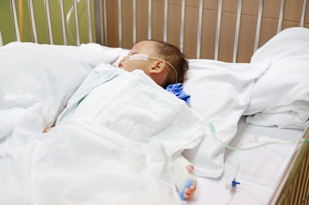 Bebé com tubo de respiração no nariz que recebe o tratamento médico.