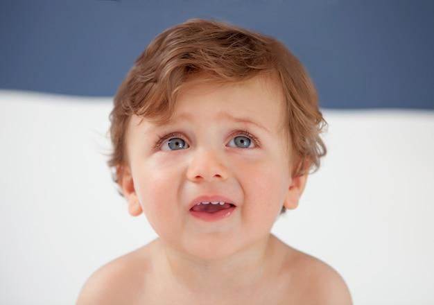 Bebê com um ano de idade com olhos azuis