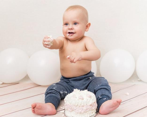 Bebê comendo bolo de aniversário