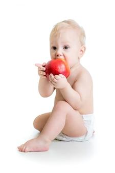 Bebê comendo maçã, isolado no branco