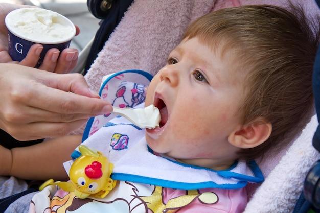 Bebê comendo sorvete