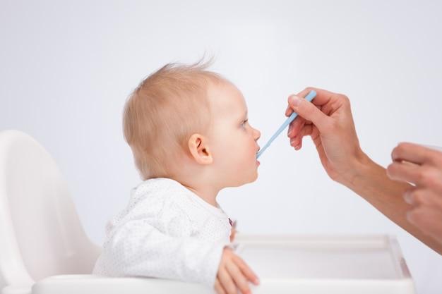 Bebê comendo sua refeição com uma colher