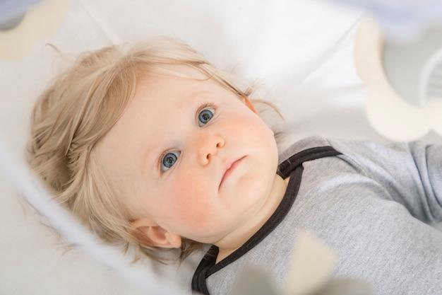 Bebê criança no berço.