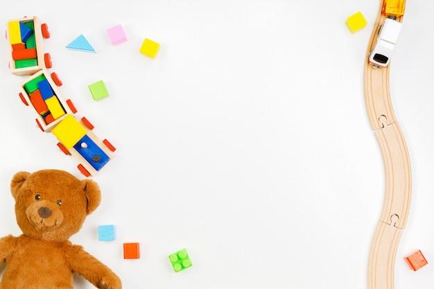 Bebê crianças brinquedos em fundo branco. vista do topo. postura plana