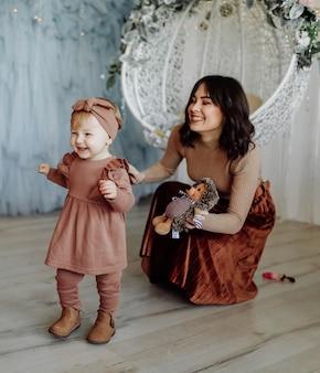 Bebê dando seus primeiros passos e mãe orgulhosa