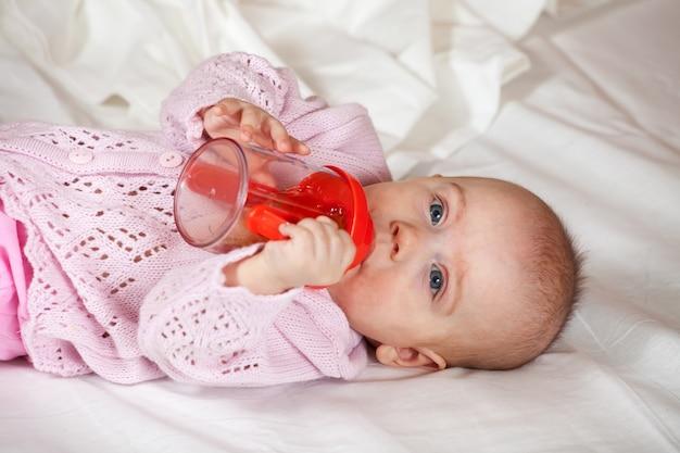 Bebê de 5 meses com garrafa de bebê