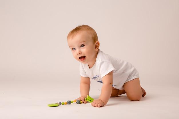 Bebê de 8 meses em fundo branco