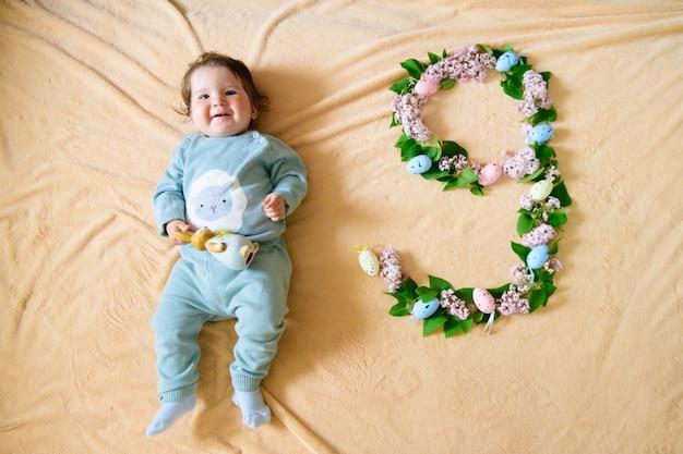 Bebê de 9 meses. bebê feliz, nove meses de idade, rastejando no tapete em casa