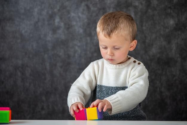 Bebê de dois anos brincando com cubos