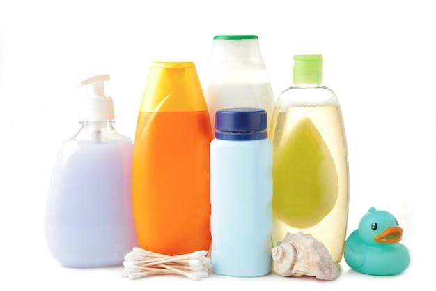 Bebê de produtos de higiene pessoal isolado na parede branca. gel de banho de bebê. vista do topo