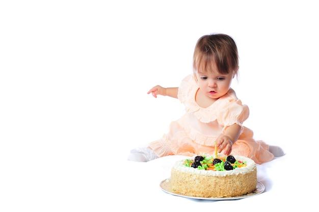 Bebê de um ano, isolado no branco, série de aniversário com bolo