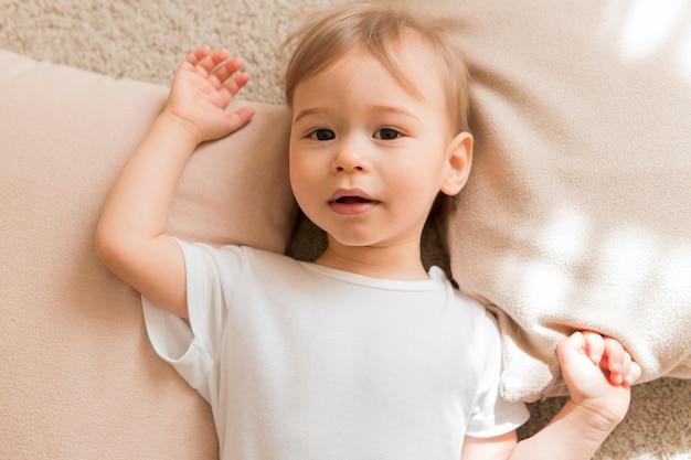 Bebê deitado leigos em travesseiros