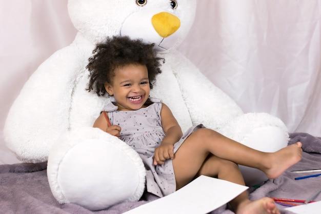Bebê desfrutando feliz chilldhood