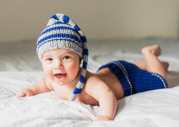 Bebê, desgastar, listrado, tricotado, chapéu
