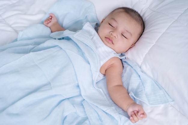 Bebê dormindo em uma cama em casa