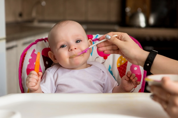 Bebê e come de forma independente