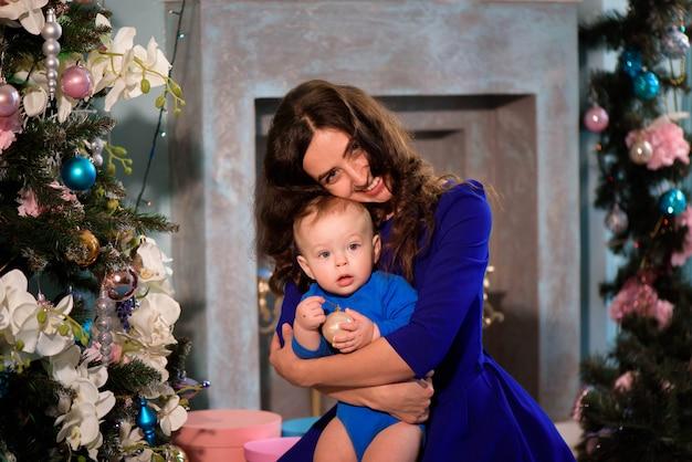 Bebê e mãe feliz comemoram o natal. feriados de ano novo.