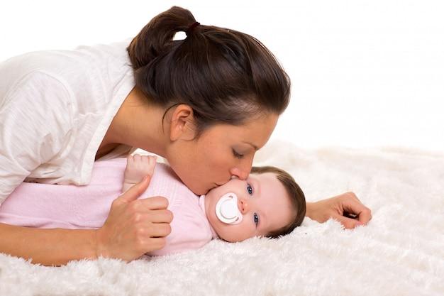 Bebé e mãe que encontram o jogo feliz junto