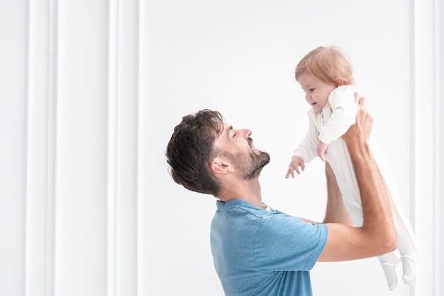 Bebê e pai sorrindo