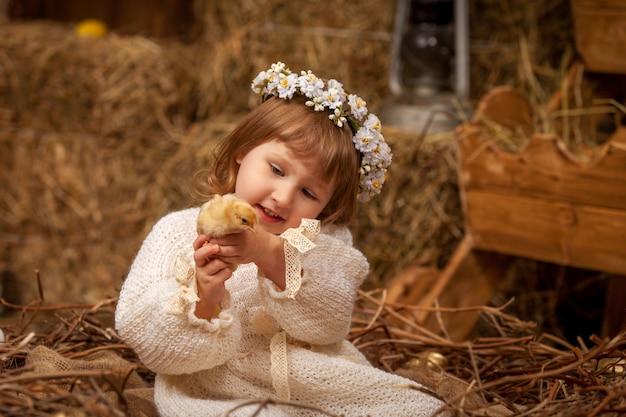 Bebê e pintinho outono estilo rural comunicação de feno natural com animais