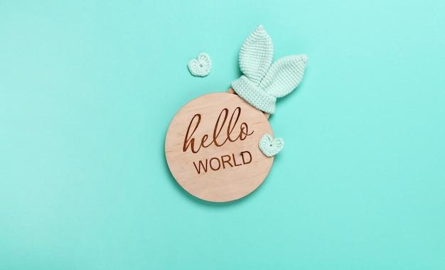 Bebê eco tablet de madeira olá, mundo em fundo de hortelã com espaço de cópia. vista superior, plana leiga.