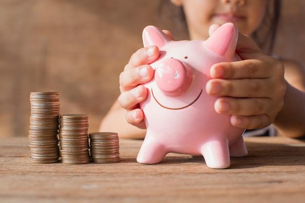 Bebê economizar dinheiro.