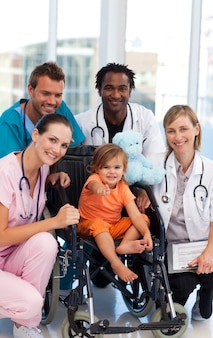 Bebé em cadeira de rodas com equipe médica