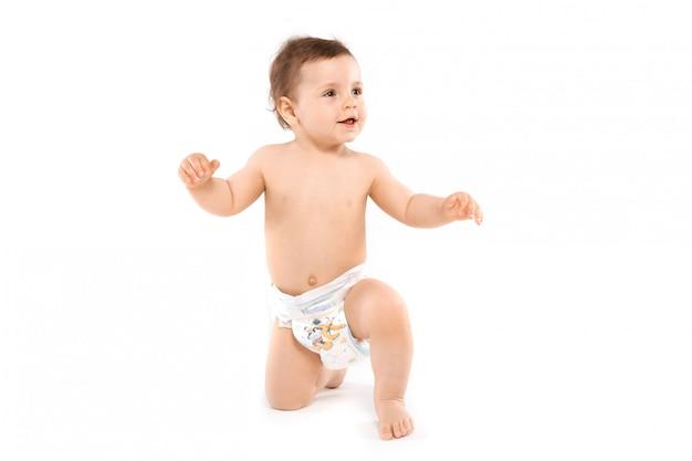 Bebê em fraldas rastejando