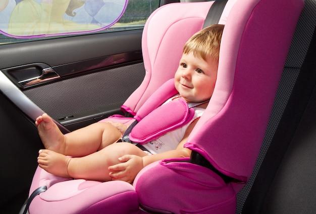 Bebê em uma cadeira de segurança