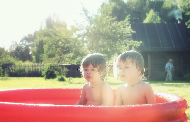 Bebê espirrando na piscina ao ar livre