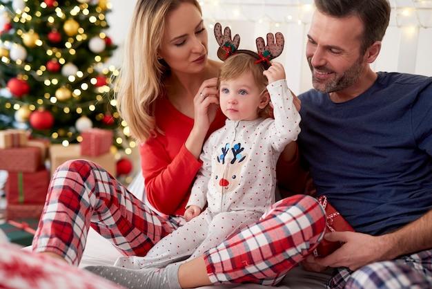 Bebê feliz com a família na manhã de natal