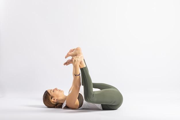 Bebê feliz em pose de ioga asana