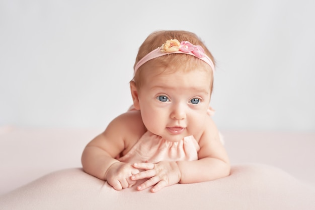 Bebê fofo 3 meses em uma luz