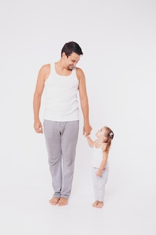 Bebê fofo aprendendo a andar e dar seus primeiros passos. mãe está segurando a mão dele. os pés da criança de perto, copie o espaço