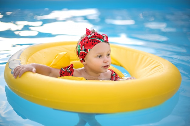 Bebê fofo aprendendo a nadar