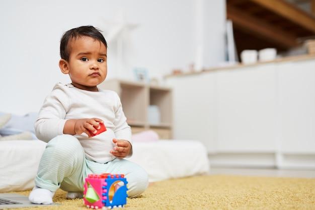 Bebê fofo brincando em casa