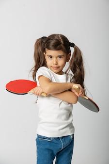 Bebê fofo com raquete de pingue-pongue