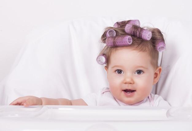 Bebé fofo com rolinhos de cabelo de plástico
