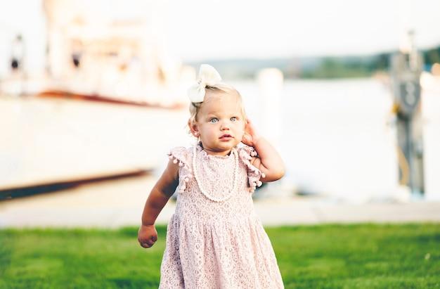 Bebê fofo com vestido elegante